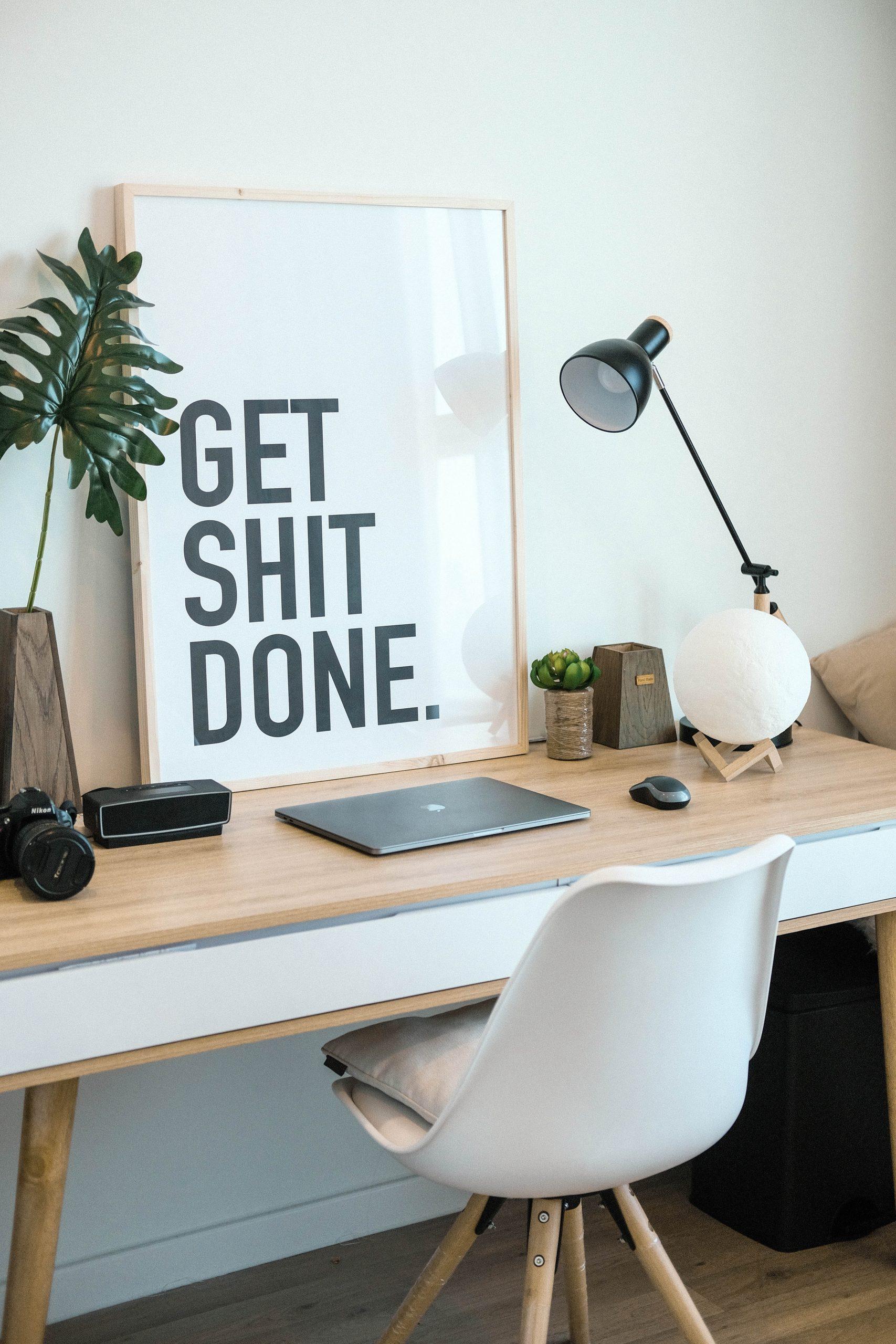 fotolijst met woorden Get Shit Done op bureau